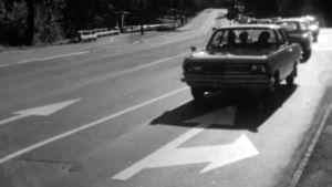 Auto ajaa tiellä väärään suuntaan Ruotsin siirryttyä oikeanpuoleiseen liikenteeseen