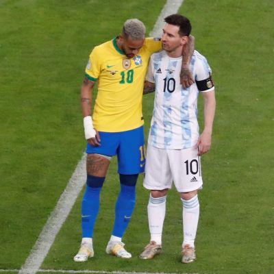 Neymar och Lionel Messi håller om varandra.