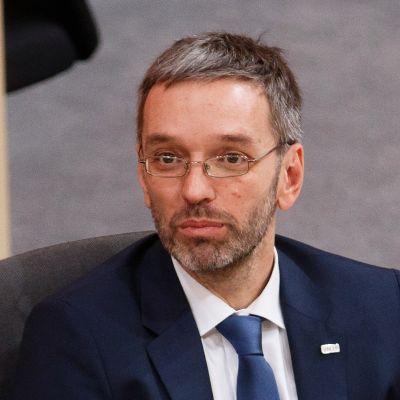 Itävallan sisäministeri Herbert Kickl katsoo kuvaajaan