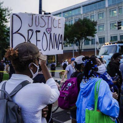 Ihmiset osoittivat mieltään Chicagossa sen jälkeen, kun tieto Breonna Taylorin kuolemaan johtaneista syytteistä tuli julki.