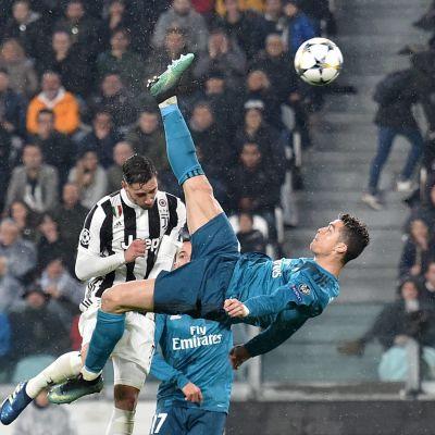 Cristiano Ronaldo skjuter in 2-0 med en bicycleta.