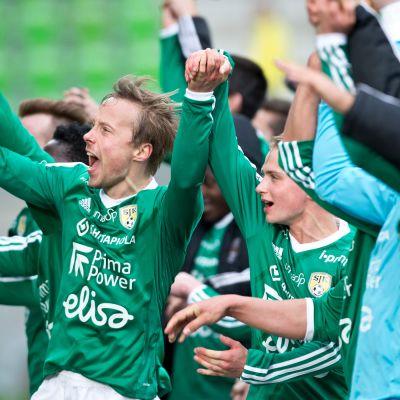 Joukkue kiittää fanejaan näyttävästi, kuvassa Timo Tahvanainen.