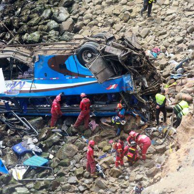 Buss störtade ner i Peru.