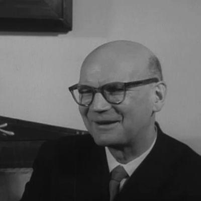 Presidentti Urho Kekkonen ensimmäistä pävää Presidentinlinnassa 1956