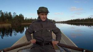 Surnu-Pekka soutaa järvellä.