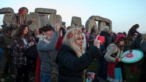 Sommarsolståndsfirare vid monumentet Stonehenge i Wiltshire