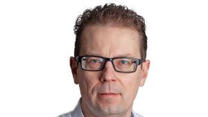 en man i ljus skorta och svarta glasögon och kort mörkt hår