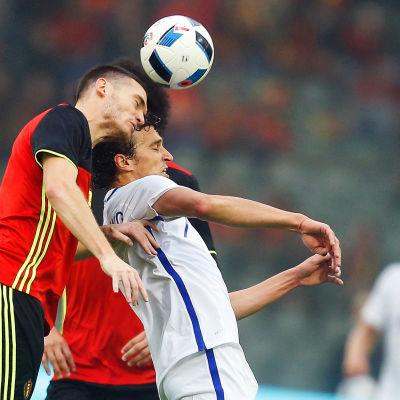 Vermaelen och Eremenko kämpar om bollen.