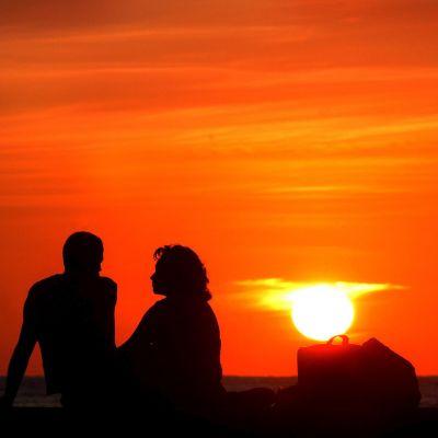Ett kubansk par njuter av solnedgången i Havanna.