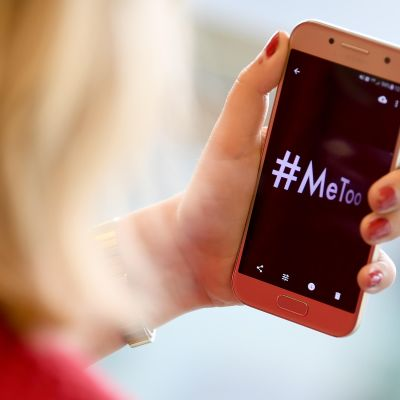 Puhelimen näytössä lukee #MeToo