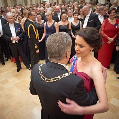 Sauli Niinistö ja Jenni Haukio tanssimassa