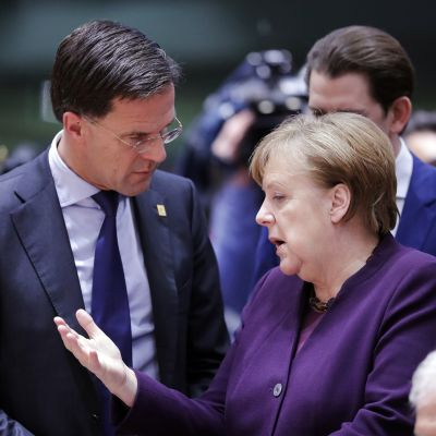 Kuvassa Angela Merkel ja Mark Rutte keskustelevat.