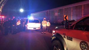 Räddningsarbetare vid olycksplatsen.
