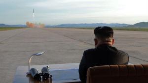 Nordkoreas ledare Kim Jong-un följer med en provskjutning av en missil.