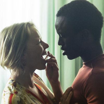 Karakätrerna Tita och Marcus står tätt intill varandra. Tita håller en isbit mot sina läppar.