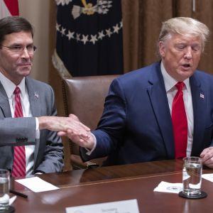 Presidentti Donald Trump ja puolustusministeri Mark Esper kuvattuna Valkoisessa talossa lokakuussa 2019.