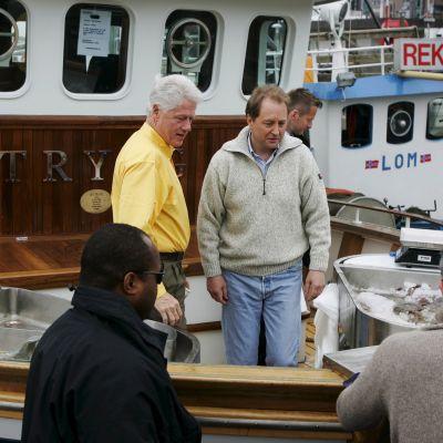 Öljymiljardööri Kjell Inge Røkke (oik.) ja Yhdysvaltain entinen presidentti Bill Clinton katkaraputroolarilla Oslossa vuonna 2007.