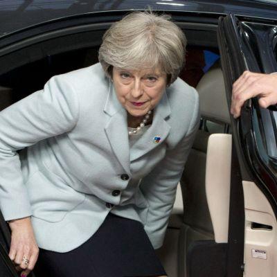 Den brittiska premiärministern Theresa May stiger ur en bil inför ett möte i Bryssel den 24 november.