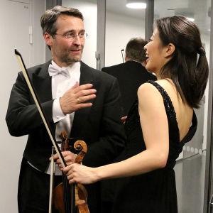 HKOn konserttimestari Jan Söderblom onnitteli Christel Leetä hienosta esityksestä.