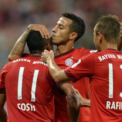 Douglas Costa juhlii maalia Thiagon Rafinhan kanssa.