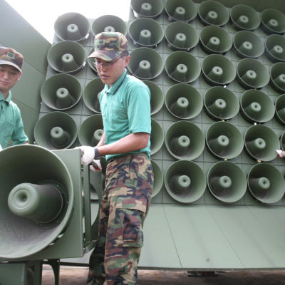 Högtalarna vid gränsen monterades ned i augusti, men nu är de uppe igen och sänder bl.a populär koreansk popmusik