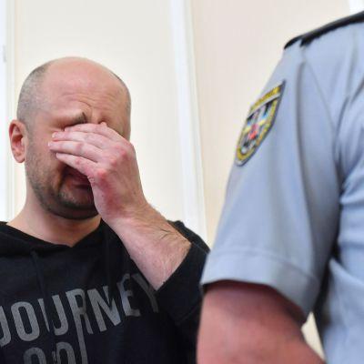 Arkadi Babtšenko puhkesi itkuu lehdistötilaisuudessa 30. toukokuuta.