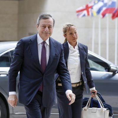 Euroopan keskuspankin johtaja Mario Draghi saapui euroryhmän kokoukseen torstaina.