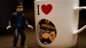 Kapteeni HAddock -nukke ja muki.