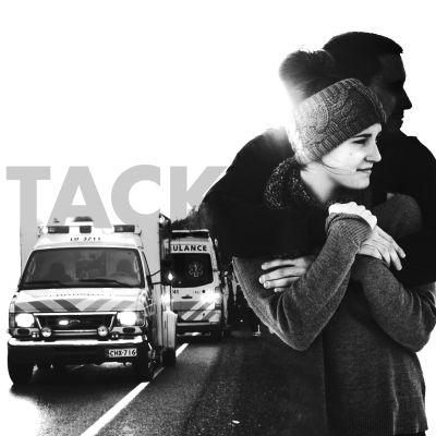 """Två personer som håller om varandra och en text där det står """"tack""""."""