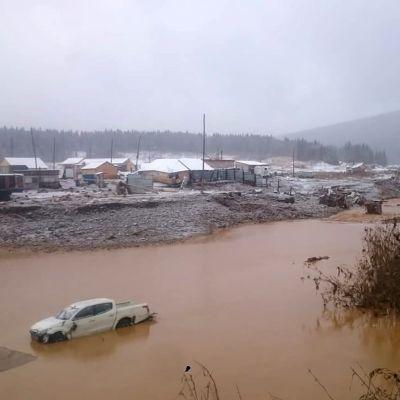 Det översvämningsdrabbade gruvlägret ligger i den rätt isolerade byn Sjtjetinkino, söder om Krasnojarsk.