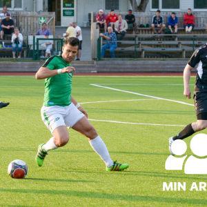 En bild på tre fotbollsspelare som springer på planen.