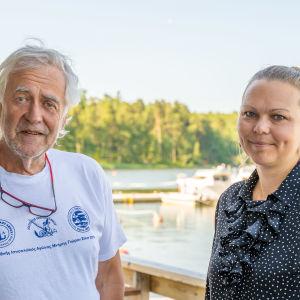 Man och kvinna i skärgpårdshamn