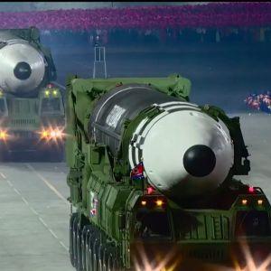 Missiler på militärfordon rullar på gatorna i Pyongyang under en militärparad mitt i natten.