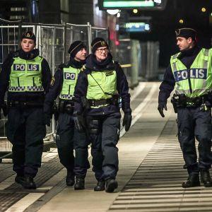 Mikä muutti Ruotsissa pitkään jatkuneen liberaalin maahanmuuttopolitiikan?