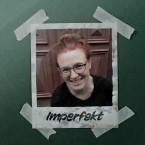 """en gammal polaroid-bild på en kvinna med glasögon som ler mot kameran, under texten """"imperfekt"""""""