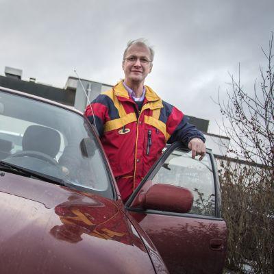 Kälviäläinen Markku Luoto tarvitsee invapysäköintilupaa, vaikka hänen vammansa eivät aina näy ulkopuolisille.