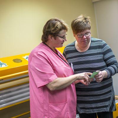 Annele Salo saa ohjeita hoitajalta valohoidon jälkeen.