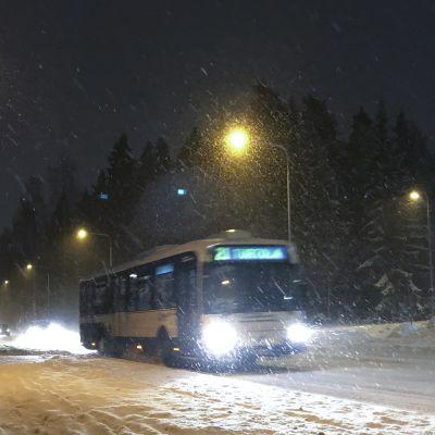 Bussi liikennöi lumimyräkässä