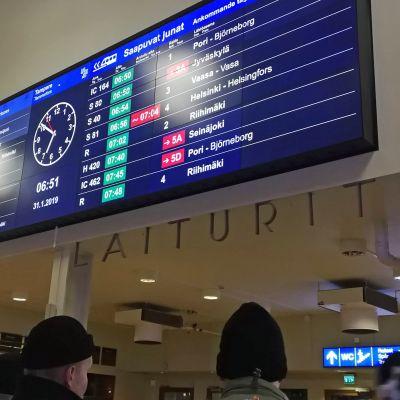 Myöhästymisiä juna-aikatauluissa rautatieaseman näytössä