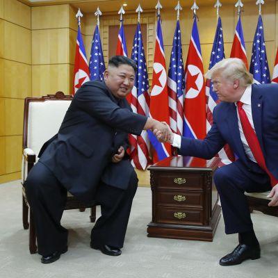 Kim Jong-un ja Donald Trump kättelevät 30. 6. 2019.