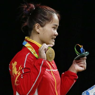 Världsrekord och OS-guld blev Deng Weis saldo i tisdagens tävling i tyngdlyftning.
