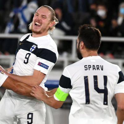 Fredrik Jensen jublar efter mål i landslaget hösten 2020.