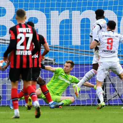 Bayern Leverkusenin maalivahti joutui antautumaan viisi kertaa, kun Bayern München jyräsi voittoon Bundesliigan kärkiottelussa.