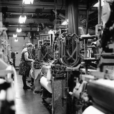 nainen työskentelemässä tehtaassa
