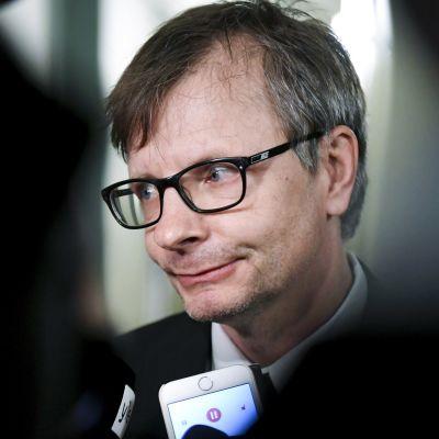 Professori Heikki Hiilamo puhui medialle oltuaan perustuslakivaliokunnan kuultavana soten valinnanvapauslakiehdotuksesta  eduskunnassa Helsingissä perjantaina 13. huhtikuuta.