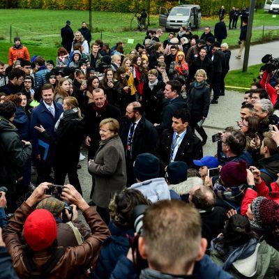 Saksan liittokansleri Angela Merkel tapasi kansalaisia Berliinin Sovituksen kappelissa.