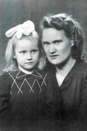 En mamma och ett barn. Svartvitt gammalt studiofoto.