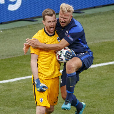 Lukas Hradecky och Paulus Arajuuri jublar i EM 2021.