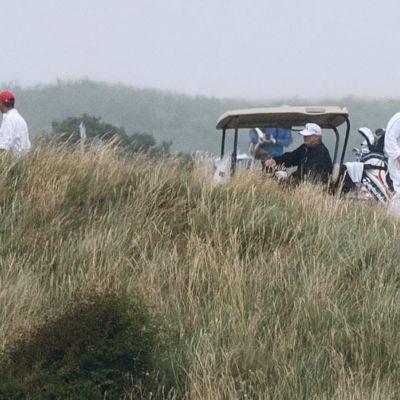 Trump golfkärryssä Turnberryn kentällään Britannian työvierailun yhteydessä heinäkuussa 2018.