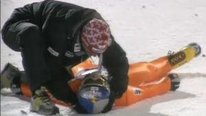 Thomas Morgenstern makaa Rukan hyppymontussa kaaduttuaan hyppynsä.